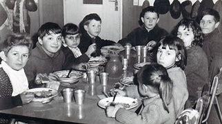 Résultat d'images pour images cantines scolaires autrefois