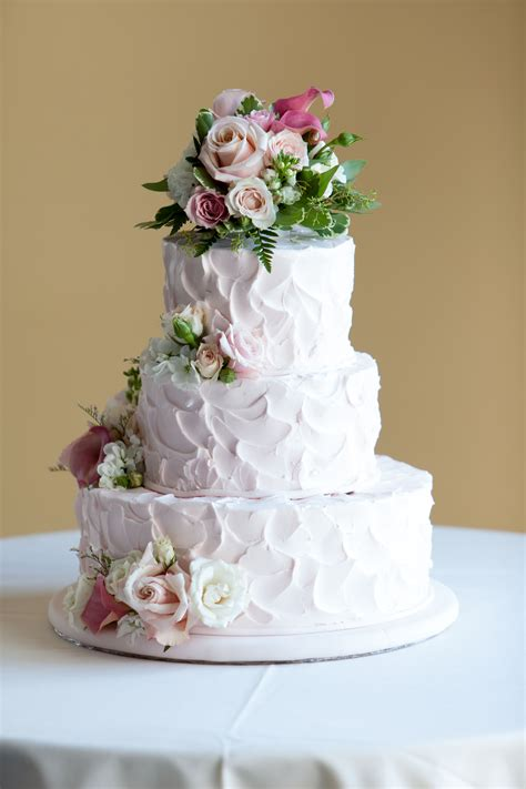 love this homemade looking wedding cake in fact it was
