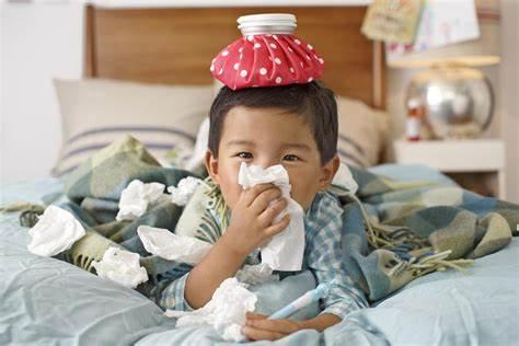 A imagem mostra uma criança com lenço de papel limpando o nariz de um resfriado.