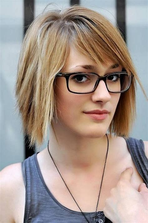 popular short hairstyles for women with glasses