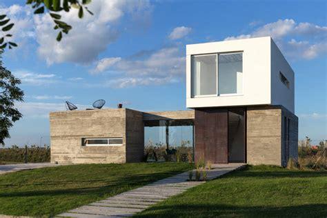 rumah minimalis modern bernuansa kotak susun di pinggir