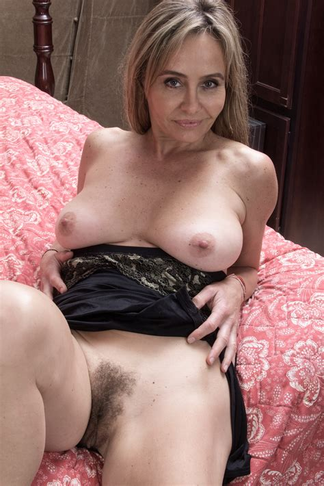 Mature Pussy On Bed Nude