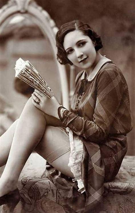 Vintage Retro Nude Beauty